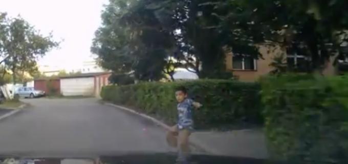 VIDEO: Un copil a fost lovit de mașină la Turda. Vezi aici înregistrarea LIVE a incidentului