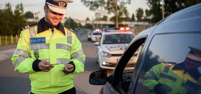 """Poliția Română, mesaj pentru șoferi: """"Dorința fiecărui #polițist aflat în stradă e să împartă #zâmbete și nu #amenzi"""""""