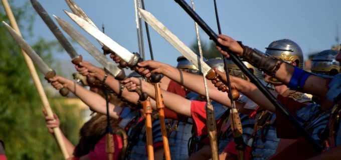 VIDEO: Malul Someșului s-a transformat în aceste zile într-un loc al bătăliilor antice. Peste 100 de actori amatori au reconstituit luptele dintre daci și romani