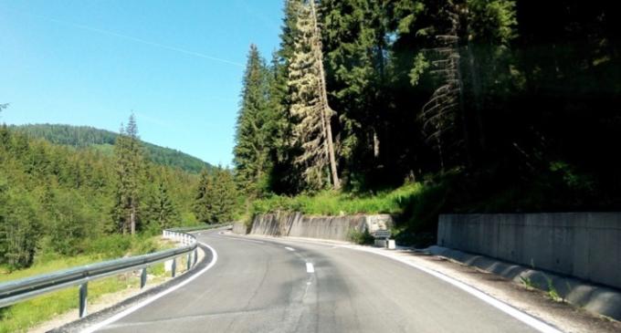 Lucrări de întreţinere pe un sector de drum județean în lungime de 42 km