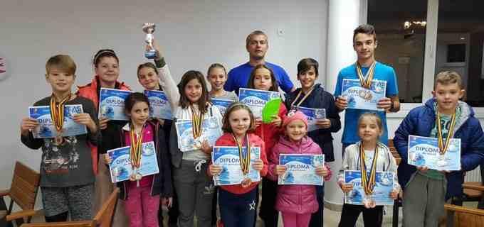 """Delfinii turdeni au cucerit 23 de medalii la Cupa """"Casa Ema"""" din Bistrița"""