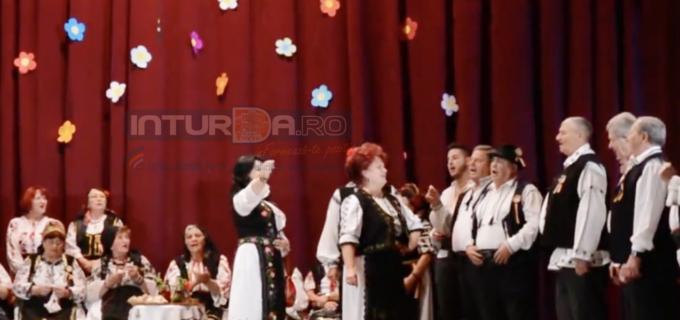 """VIDEO: Spectacol folcloric la finalul manifestărilor dedicate vârstnicilor din Câmpia Turzii – """"Cum era odată-n sat"""""""