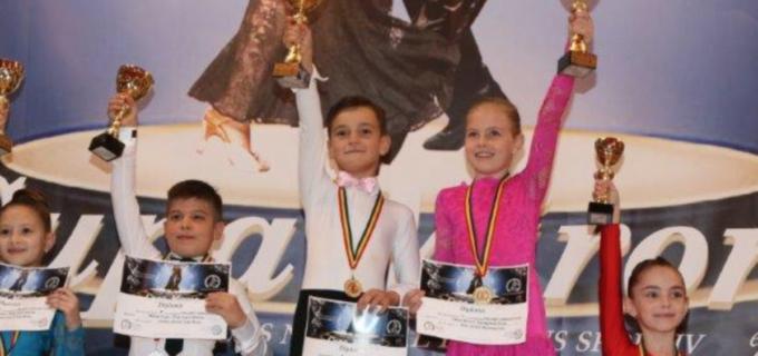 """Dansatorii turdeni au cucerit 14 medalii la Cupa """"Mirona"""" de la Reghin"""