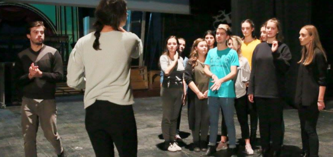 """Activitate inedită a Teatrului """"Aureliu Manea"""". Actorii predau cursuri de teatru elevilor Colegiului Național """"Mihai Viteazu"""""""