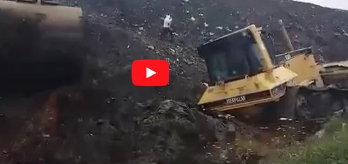 """VIDEO: Un buldozer s-a scufundat în """"Marea Neagră"""" de levigat de la Pata Rât"""