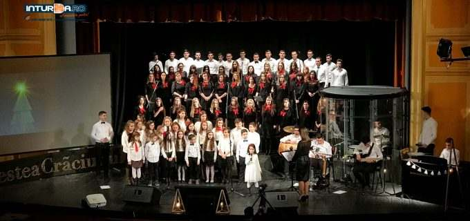 """VIDEO: Povestea Crăciunului – Concert de colinde la Teatrul """"Aureliu Manea"""" Turda"""