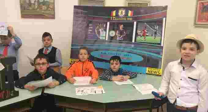 """Activitate inedită la Școala """"Ioan Opriș"""" din Turda. Elevii turdeni au prezentat știri despre Simona Halep cu ocazia Zilei Naționale"""