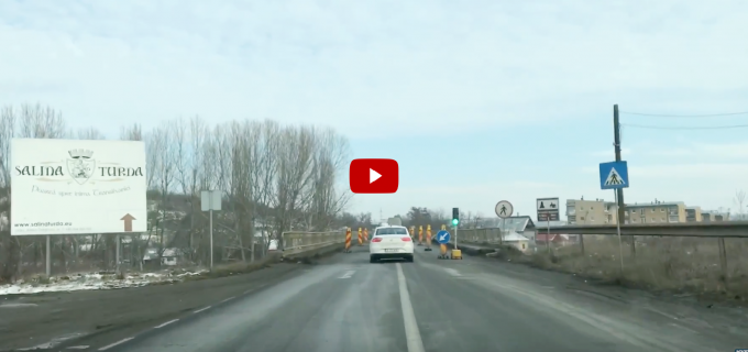 VIDEO: A fost instalat semaforul de pe podul de la intrarea în Turda, pe DN1
