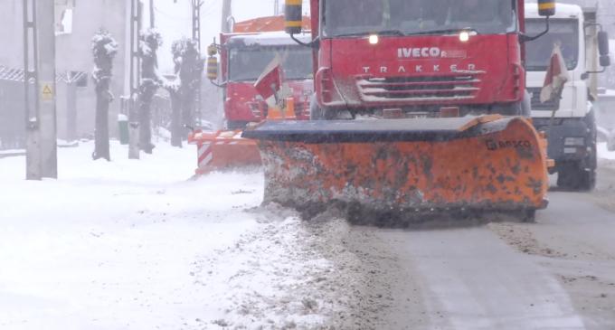 Peste 640 de tone de material antiderapant folosite în interventiile pe drumurile judetene