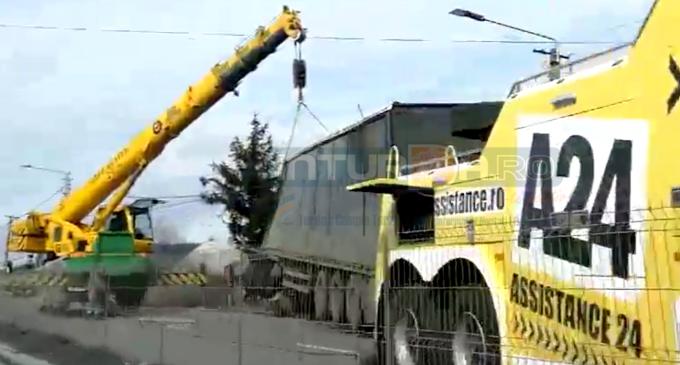VIDEO: Accident bizar pe DN1, la Vâlcele! În timp ce drumul a fost blocat pentru a scoate un TIR din șanț, alte 3 autoturisme s-au tamponat!