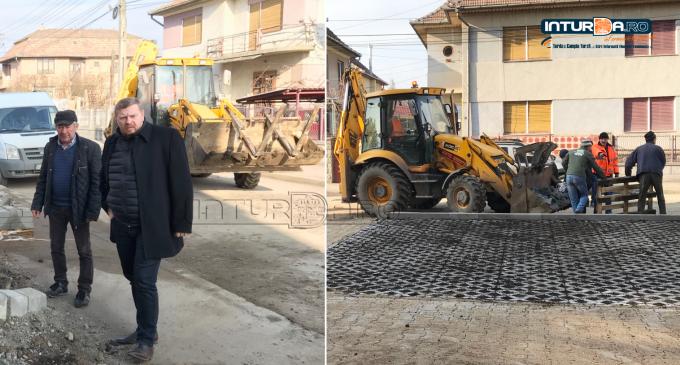 """VIDEO: Lucrări de reabilitare a trotuarelor și a parcărilor la Câmpia Turzii. Dorin Lojigan: """"Fiecare cartier al Municipiului Câmpia Turzii va căpăta un nou aspect"""""""