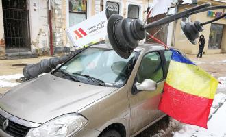 FOTO: Un stâlp din centrul Turzii a căzut peste un autoturism