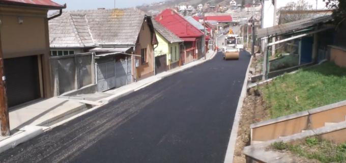 VIDEO: Primăria Turda a reluat lucrările de asfaltare a străzilor din municipiu
