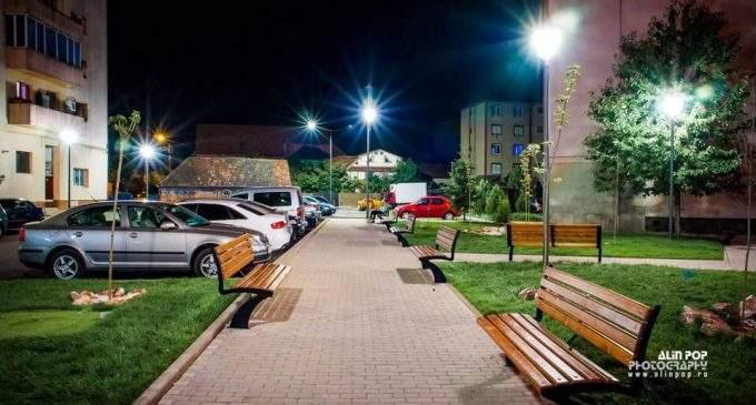 Foto: A fost pornit iluminatul public în zona Piata Mihai Viteazul din Câmpia Turzii