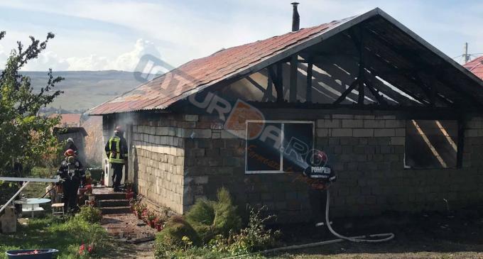 VIDEO: Incendiu în Copăceni. O femeie a fost găsită leșinată în casa cuprinsă de flăcări
