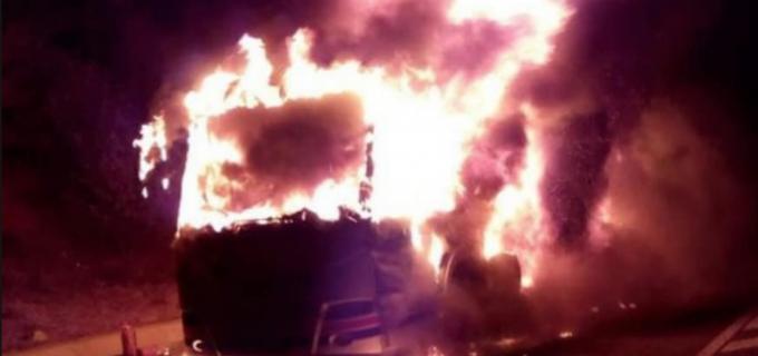 Foto: Autocar in flăcări pe centura de la Vâlcele
