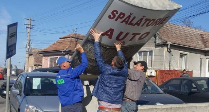 Panourile publicitare construite ilegal pe domeniul public din Turda sunt demontate