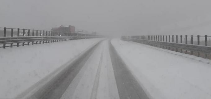 Autostrada Transilvania, acoperită de zăpadă, trafic îngreunat, iar autorităţile luate prin surprindere! FOTO