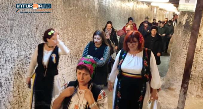 VIDEO: Ansamblul Țarina și Centrul de zi pentru vârstnici Turda – Recital de Colinde în Salina Turda