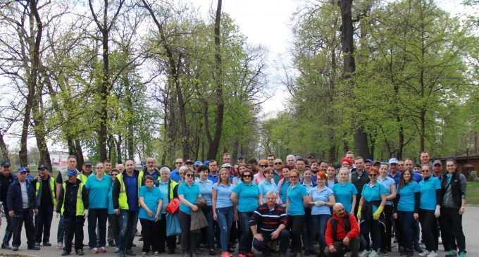 Actiune de curătenie a CAA în Parcul Central organizată în cadrul proiectului de responsabilitate socială ,,Adoptă un spatiu verde!''