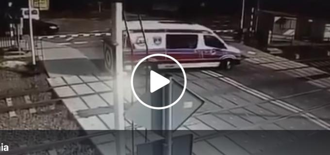 O ambulanţă în misiune spulberată de un tren, la o trecere de cale ferată