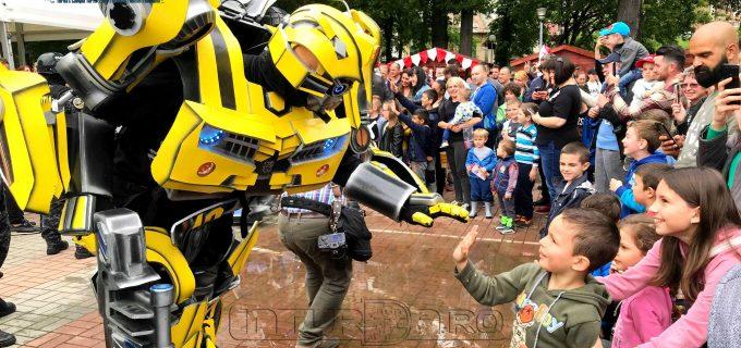 Foto/VIDEO: Roboții giganți OPTIMUS PRIME și Bumblebee se distrează alături de cei mici în Parcul Central