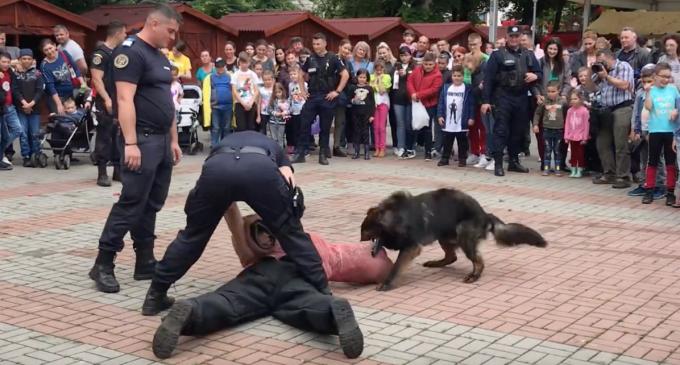 VIDEO: Exerciţii de dresaj canin la Sărbătoarea Copilăriei de la Turda