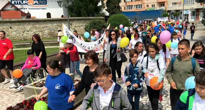 Foto/VIDEO: Marș dedicat copiilor și tinerilor cu dizabilități din Municipiul Câmpia Turzii