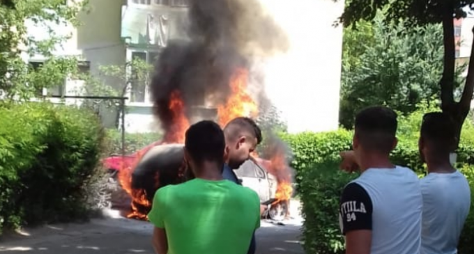VIDEO. Un autoturism parcat pe strada Toamnei a fost cuprins de flăcări!