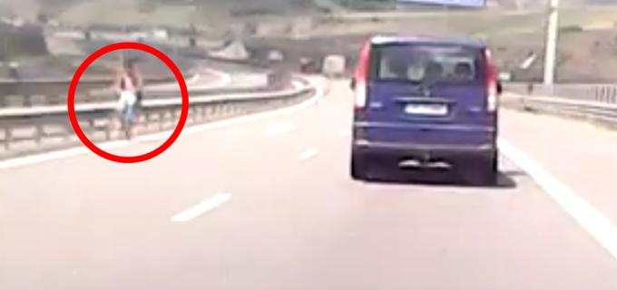 VIDEO. Moment incredibil pe A3 Turda-Cluj. Un biciclist se deplasa pe contrasens