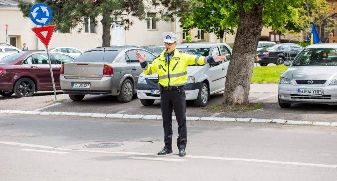 Oprești sau nu la semnalul polițistului local?