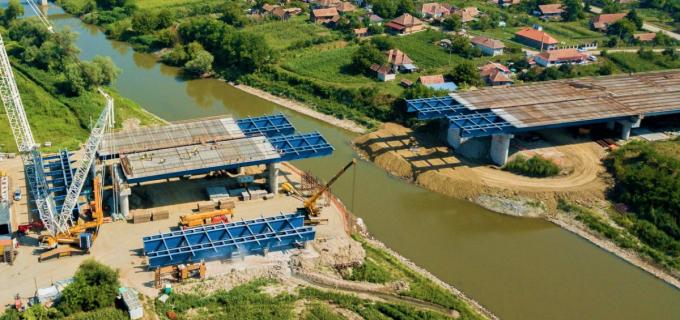 Autostrada Transilvania – Imagini impresionante cu asamblarea podului de la Bogata