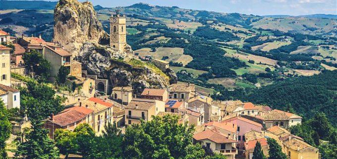 Această superbă regiune din Italia le va plăti câte 25.000 de euro celor care se vor muta aici