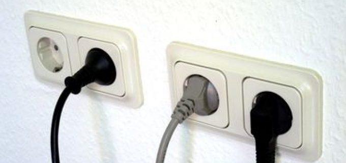 Lași în priză încărcătorul și televizorul închis? Vezi cât plătești în plus la energia electrică