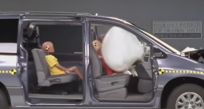 Polițiștii vor verifica montarea corectă a scaunelor pentru copii. Cum arată un accident CU şi FĂRĂ centura de siguranţă. VIDEO