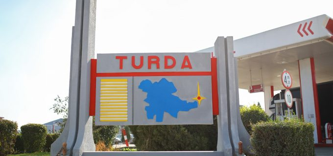 Foto: Au mai fost recondiționate două obeliscuri de la intrarea în Turda!