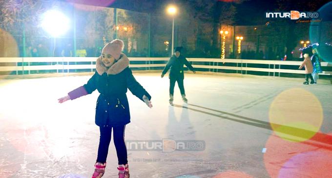 Video: La Câmpia Turzii s-a deschis patinoarul. PROGRAM și TARIFE