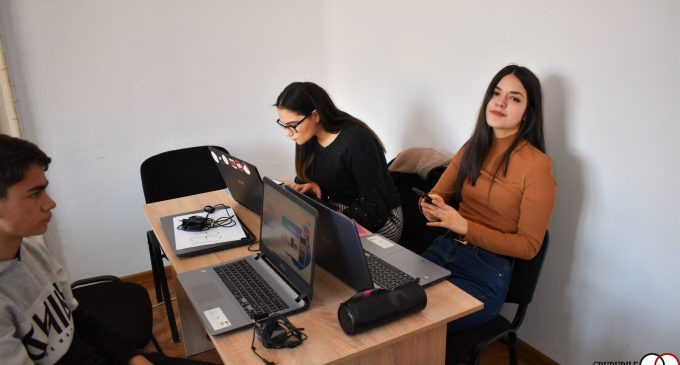 Grupul Da Vinci Turda a organizat un laborator digital pentru tinerii din comunitate