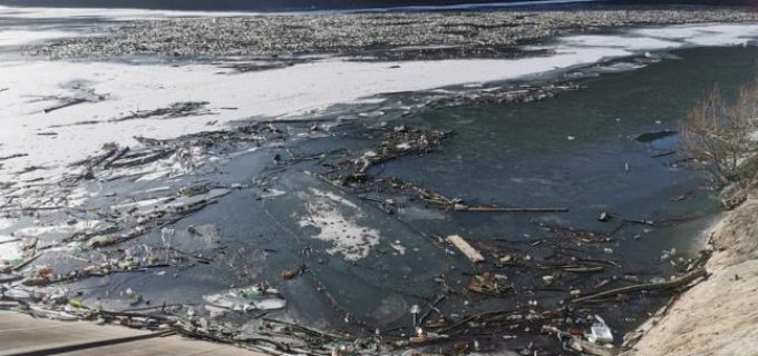 VIDEO Adevărul.ro: Imaginile ruşinii pe râul Arieş, în Apuseni. Mii de PET-uri plutesc…