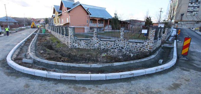 VIDEO: Au fost reluate lucrările de montare a bordurilor de granit în cartierul Băi!