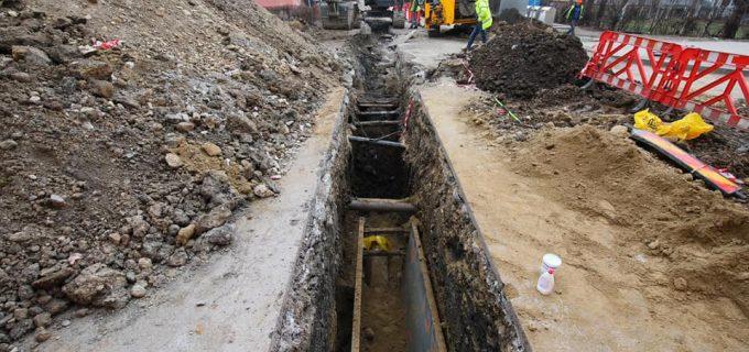 FOTO/Video: Lucrări la rețeaua de canalizare și apă potabilă pe strada Amurgului (Turda)