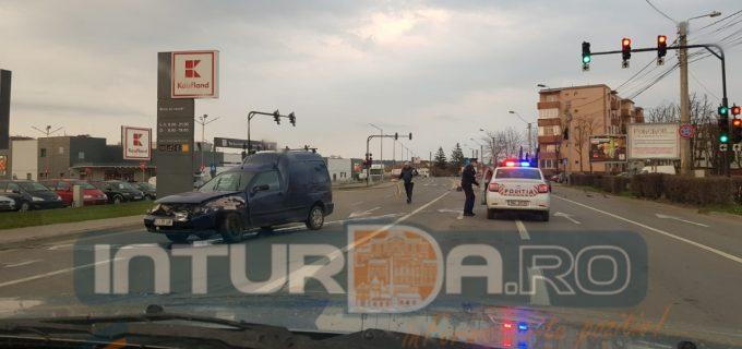 FOTO: accident auto la ieșirea de la Kaufland Turda