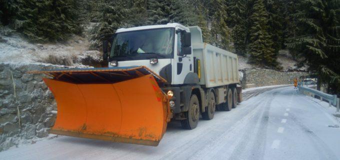 Peste 330 de tone de material antiderapantfolosite în intervențiile pe drumurile județene