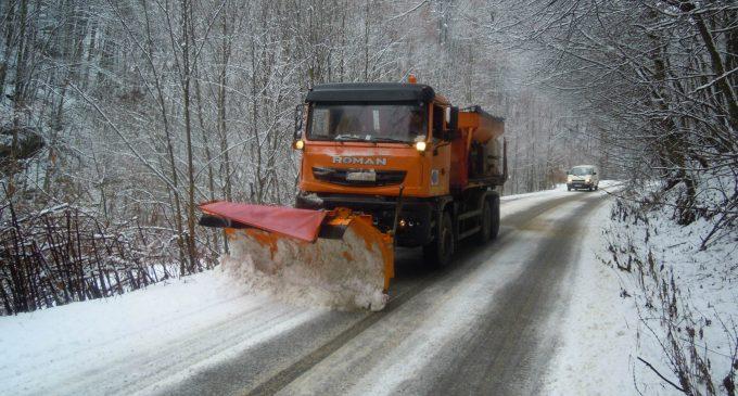 311,5 tone de material antiderapant împrăștiate pe drumurile județene din Cluj