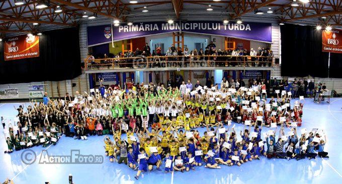 """FOTO/VIDEO: Memorialul """"Ioan Deteșan"""" a adunat 800 de copii la Turda, care a fost în weekend """"capitala handbalului la nivel copii"""""""