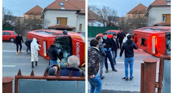 VIDEO/FOTO: Microbuz SMURD care transporta 14 persoane înspre locația de carantină, răsturnat în urma unui accident rutier