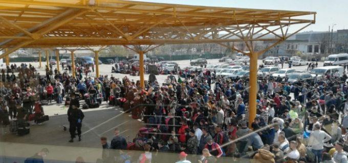 FOTO: Aproximativ 1500 de români se află, în aceste momente, pe Aeroportul Internaţional din Cluj!
