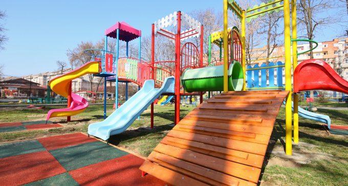 FOTO/VIDEO: Parcul Central Turda a fost dotat cu ansambluri de joacă noi și cu aparate de fitness pentru exterior