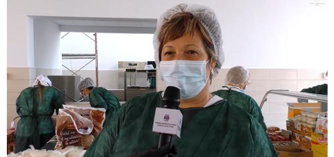 VIDEO: Echipa Cantinei Sociale din incinta Liceului Liviu Rebreanu lucrează în continuare pentru a le oferi alimente celor care au nevoie