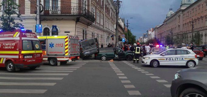 FOTO: Accident între o autospecială a Jandarmeriei și un autoturism. 4 persoane transportate la spital.